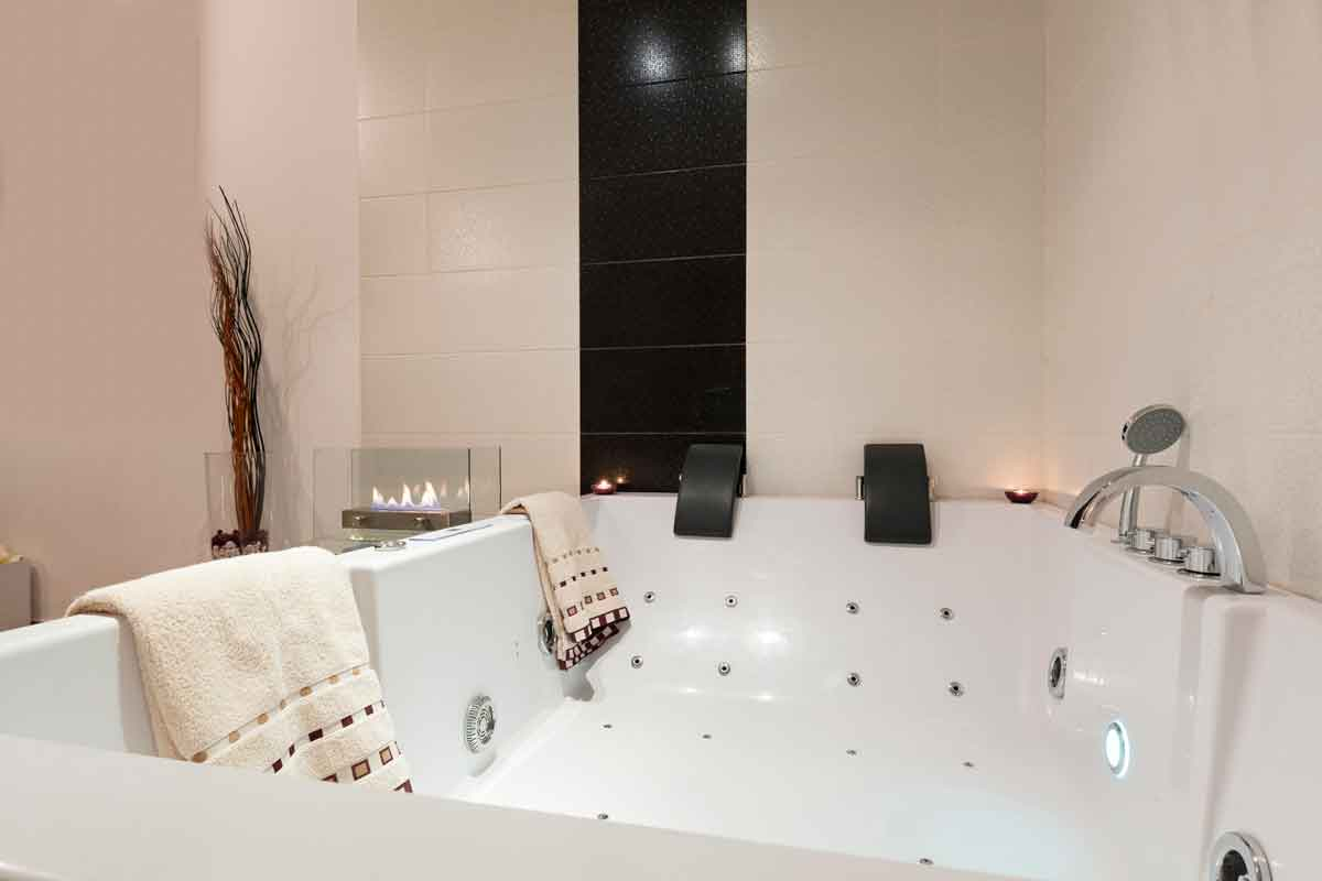 luxe jacuzzi in hotel